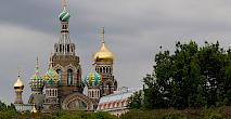 Quelle: https://upload.wikimedia.org/wikipedia/commons/thumb/4/43/St.Petersburg_Russia_Church_Park-2.jpg/1280px-St.Petersburg_Russia_Church_Park-2.jpg
